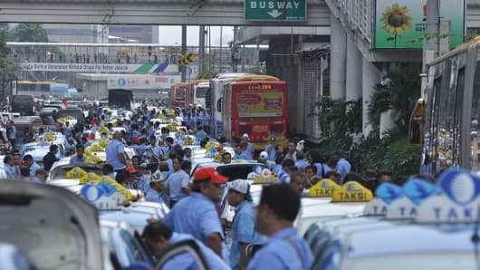 Thousands of taxi drivers and other public transport stage a protest in March against transportation services online that are considered illegal. In their second protest, they again demanded the government to curb such online-based freight transportation, Uber Car and Grab Taxi.
